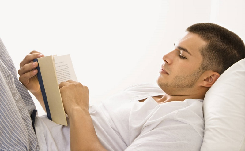 Reading before bed: a habit that your brain loves